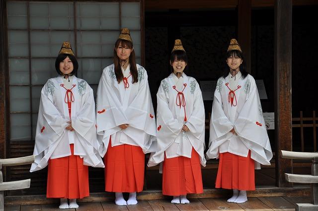 青葉娘に決まった(左から)大津さん、岸本さん、北村さん、金本さん