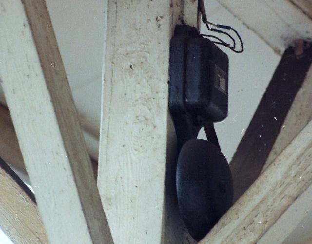 橋本駅にベルが鳴り響く…ホームには打ち水