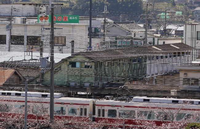 戦争の傷跡残る跨線橋~橋本駅、板壁は保存