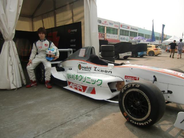 レーシングカーと白石選手