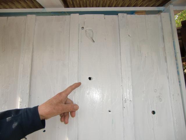 板壁には戦争の生々しい機銃掃射の後が残っている