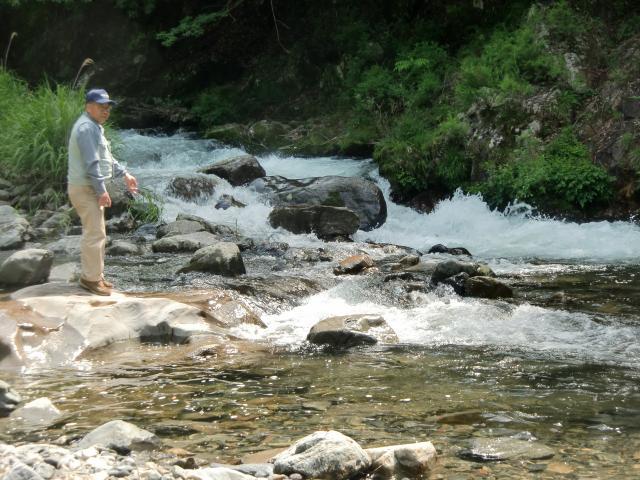 玉川峡の滝や縁、岩などを調べた上西さん(玉川峡で)