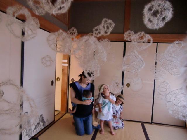 天井から吊るされた薄で作った球形の作品