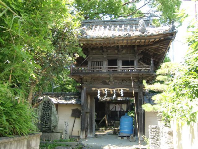 きゅうり加持が行われる妙楽寺の山門