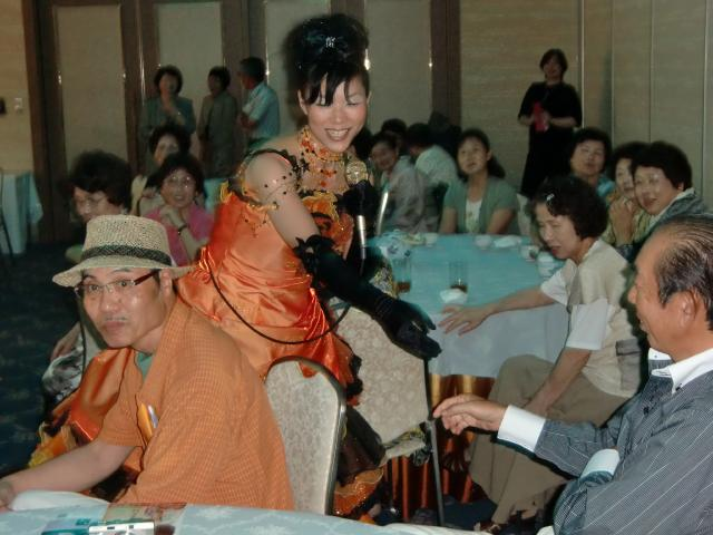 客席を握手してまわりながら歌う宮本静さん