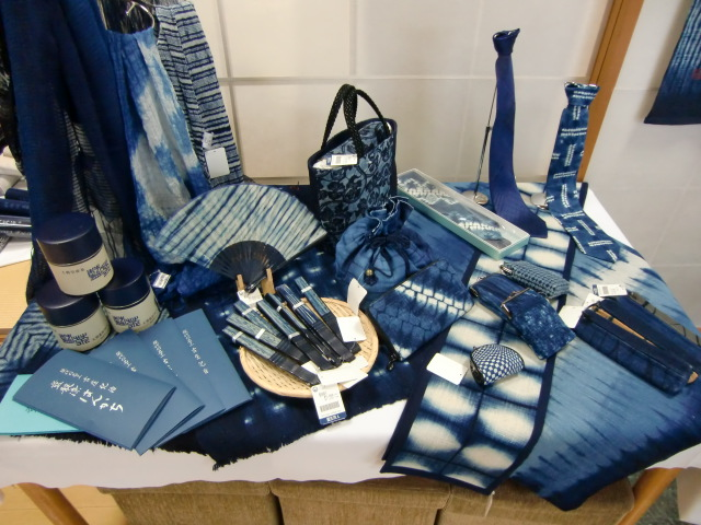 店内に展示されている巾着袋やネクタイなど藍染品