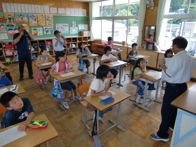 松下教諭から中藤艦長の手紙の説明を受ける児童たち