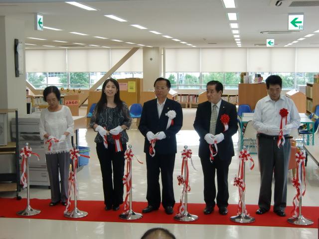 改修オープンした橋本市図書館でテープカッする木下市長ら