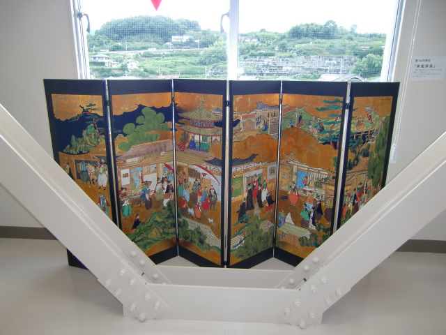 南蛮人屏風(山内筆)を飾る~橋本市図書館