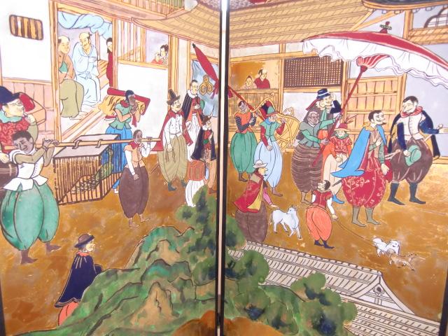 橋本市図書館に飾られた山内清冶さんの「南蛮人屏風」