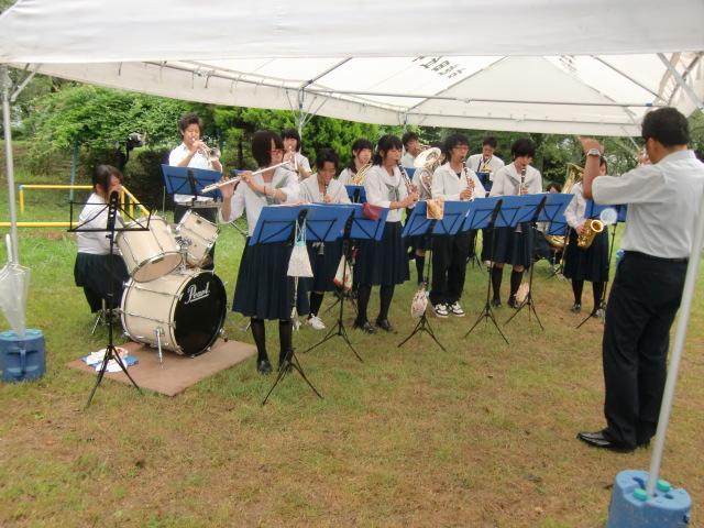 「見上げてごらん夜の星を」を追悼演奏する橋本高校・吹奏楽部