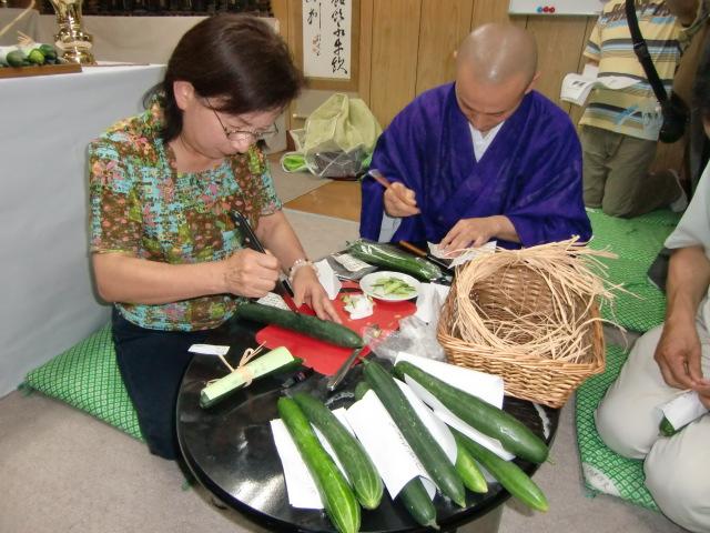 きゅうり加持の準備をする岩西住職と母・康子さん(妙楽寺で)