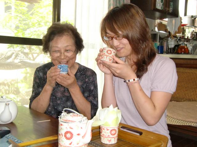 蓮茶の香りと味覚をあじわう櫻井さん(左)と村上さん(右)
