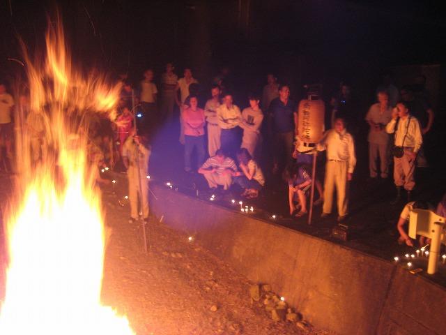 経木などを燃やし使者を弔い先祖供養する人たち