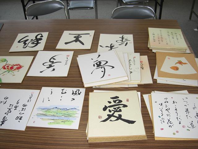 心のこもった日本画や書などの作品を整理する「水茎会」「紀北文人会」のメンバーら