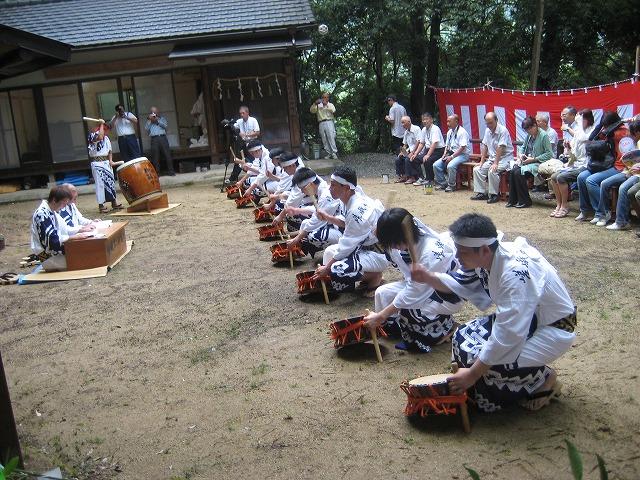 太鼓を打ち鳴らす嵯峨谷の神踊り