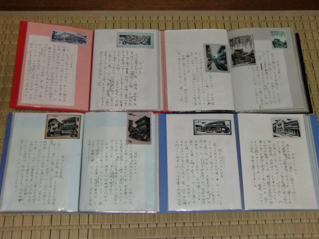 随想文を記した木版画作品のアルバムを披露する巽さん