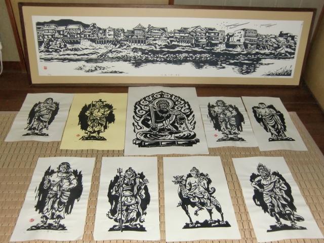 巽さんの木版画作品の一部(上は紀ノ川北岸の橋本の風景、下はお不動さん)