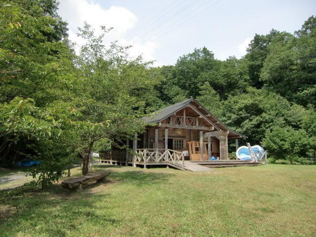 里山に囲まれたひだまりの郷の「郷土の森学習体験棟」