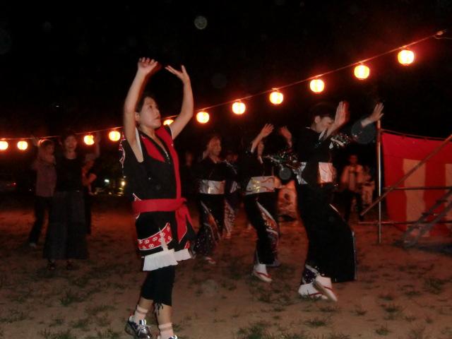 月の下でしなやかに踊る女性たち