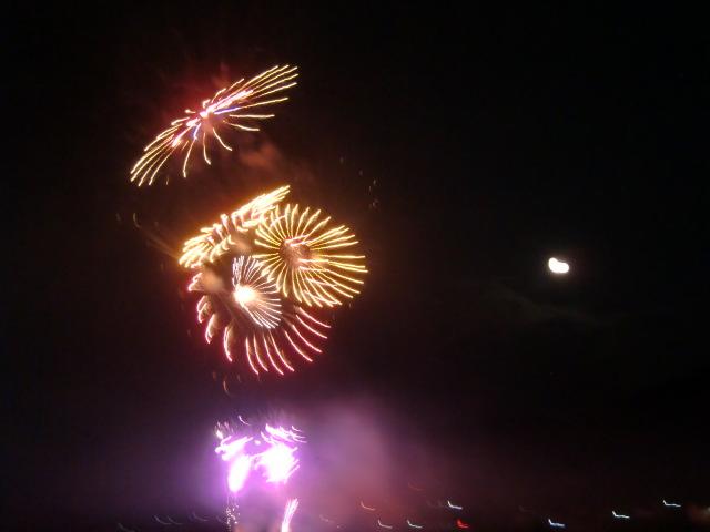満月(右下)の空に開いた花火