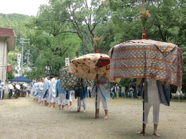 静に進む傘鉾の行列(古沢厳島神社で)