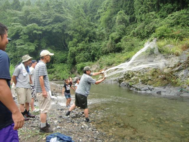 清流・玉川に投網を打つ参加者