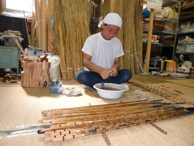 100年以上も前に作られた「竿正}製作のへら竿を披露する田中組合長