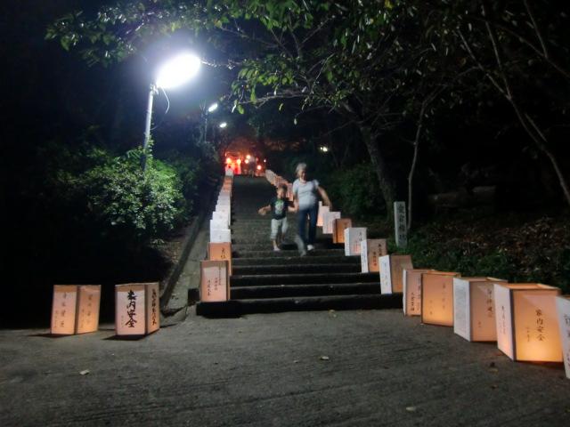 愛宕山の石段の両脇に並んだ〝置き灯籠〟の列