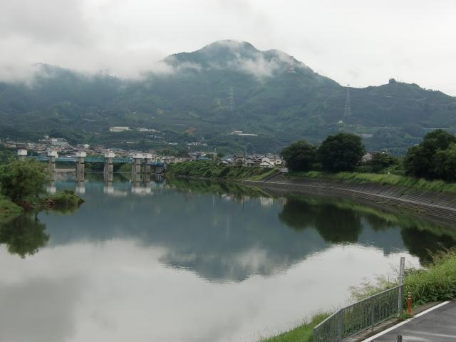 紀ノ川に〝逆さ二名山〟くっきり~雨引山、国城山