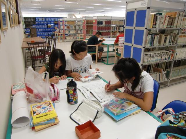 夏休みの子供たちでいっぱいの橋本市図書館
