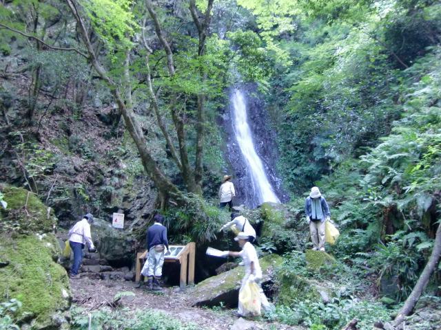 五光の滝の周辺を清掃奉仕する参加者ら