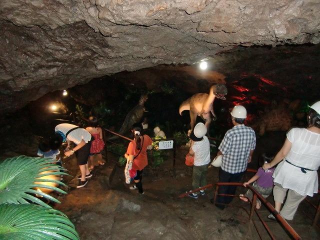 洞窟内で恐竜に遭遇し大喜びの子供たち