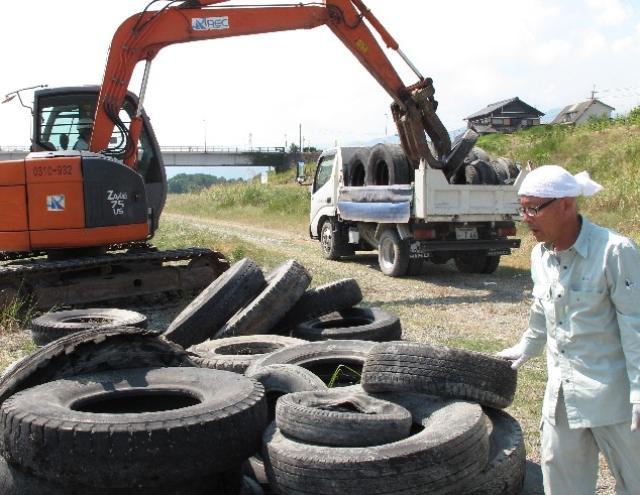 紀ノ川に古タイヤ77本漂着~「なぜ、どこから?」
