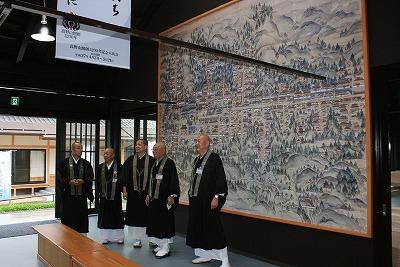 高野山「伽藍中門再建工事作業館」オープン初日に同館に出席した僧侶ら