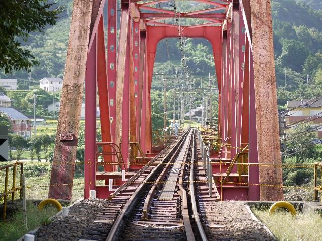 ぐにゃりと曲がった南海高野線・紀ノ川鉄橋のレール