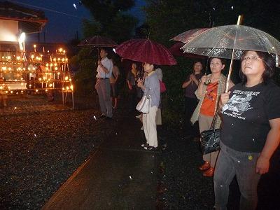 風雨にも負けず光三宝荒神に参拝に訪れた女性たち