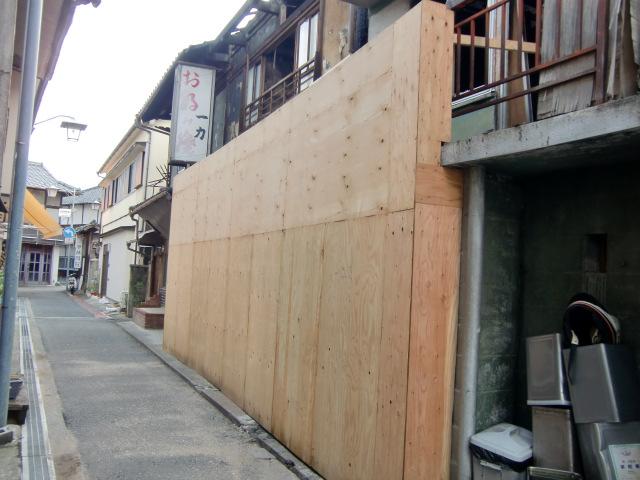 不審火があった橋本駅前の空き家(右=橋本市は板壁を設置した)