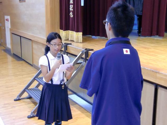 中村選手(手前)にお祝いの言葉を述べる紀身小児童会の高橋児童長