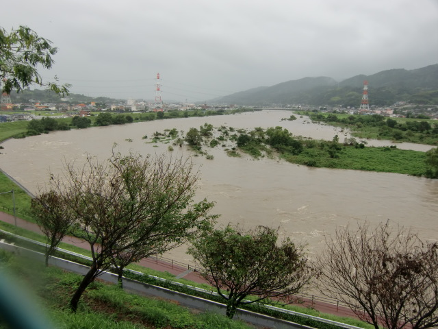 台風12号の影響で濁流が渦巻く紀ノ川