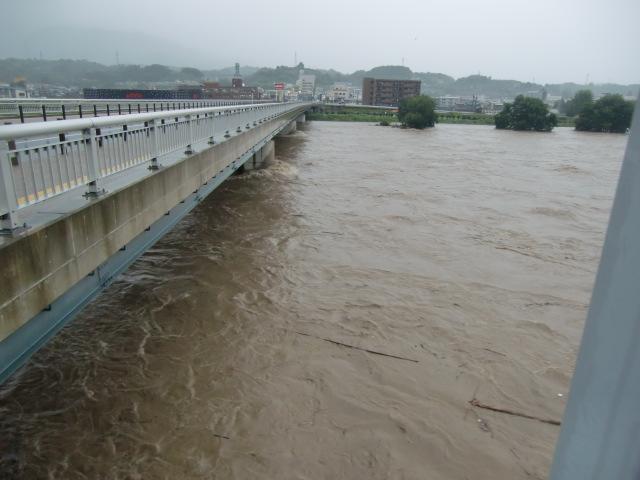 水位が次第にひくくなっている橋本高野橋付近の紀ノ川