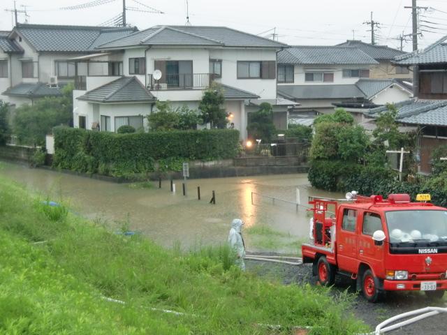 紀陽団地など浸水の危険~消防、必死の排水