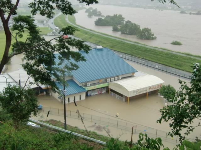 水浸しになっている産直市場「やっちょん広場」(向こうは紀ノ川)