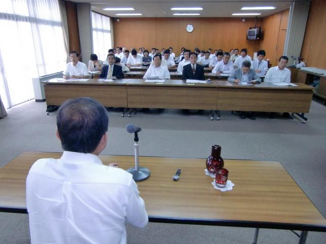 横山さんの講演を熱心に聴く市議や市職員ら