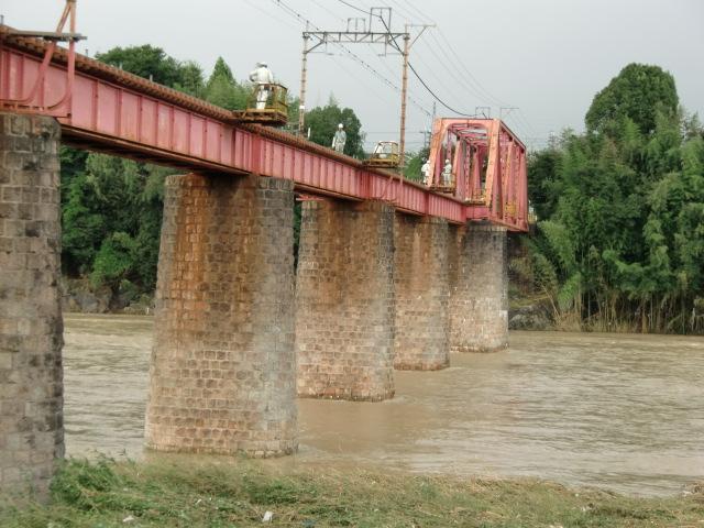 今度は台風15号のため仮復旧工事が延期された南海高野線の紀ノ川鉄橋
