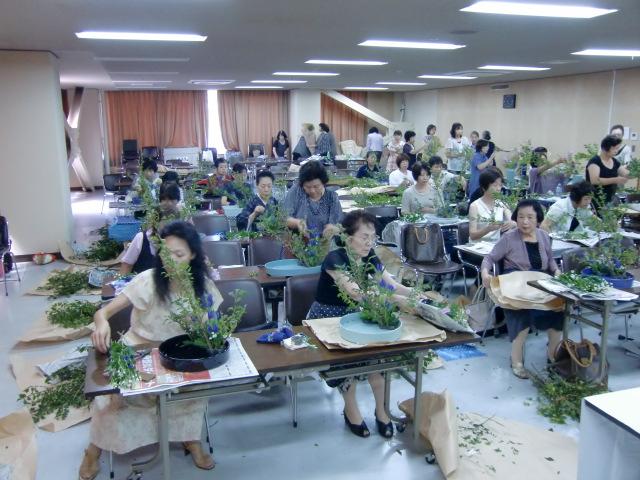 生け花の研鑽を積む女性たち