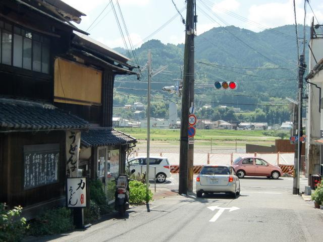 橋本駅前の商店街を下りた紀ノ川北岸の国道24号付近。この河畔に緑地公園が建設される。