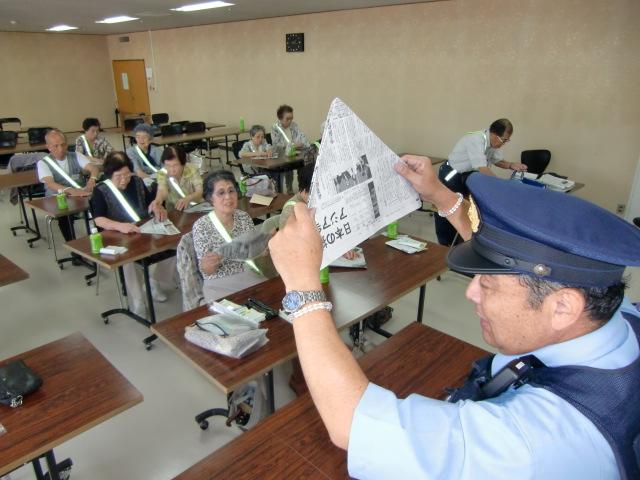 岩戸所長から新聞紙で〝オマル〟作りを学ぶ高齢者ら