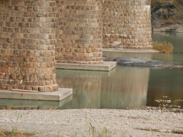 肉眼では右がにずれていることが分からない紀ノ川・鉄橋の橋脚(南岸から撮影)
