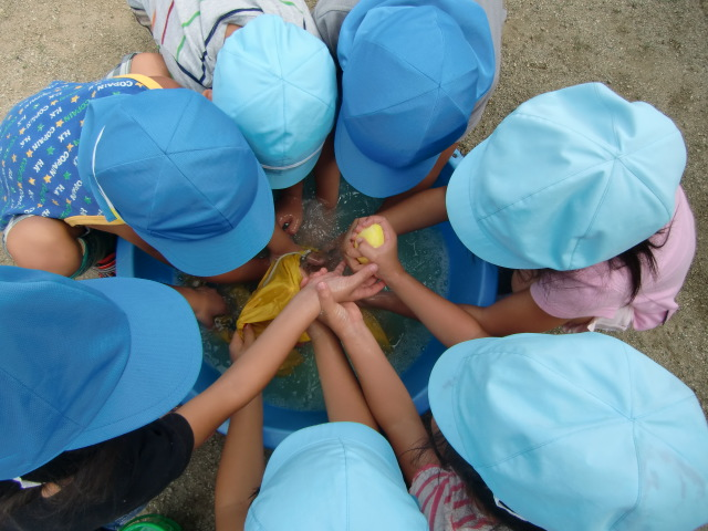 成川巡査の指導で横断旗を洗濯する園児たち